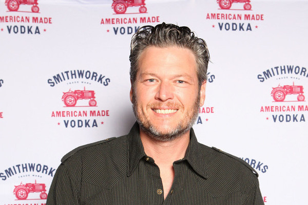 Blake Shelton apologizes for racist and homophobic tweets