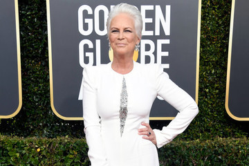 Jamie Lee Curtis Is Not Thrilled About The Photobombing Fiji Water Girl At The Golden Globes