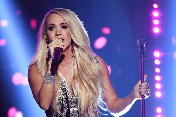 Fans Can't Seem To Find The Difference Between Carrie Underwood's 'New Face' And Her Old One