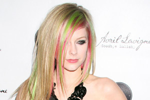 Avril Dyes Her Own Hair!