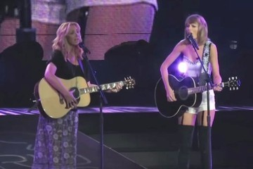 OMG! Taylor Swift Brought Lisa Kudrow On Stage to Sing 'Smelly Cat'