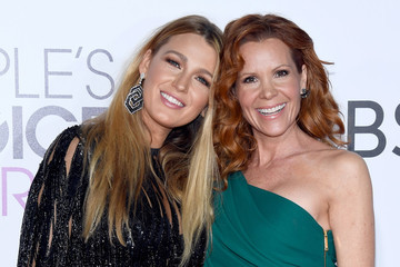Blake Lively Takes Sister Robyn as Date to People's Choice Awards 2017
