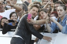 Jamie Lannister Takes Selfies with Fans