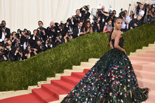 Look of the Day: Zoe Saldana's Feathered Masterpiece
