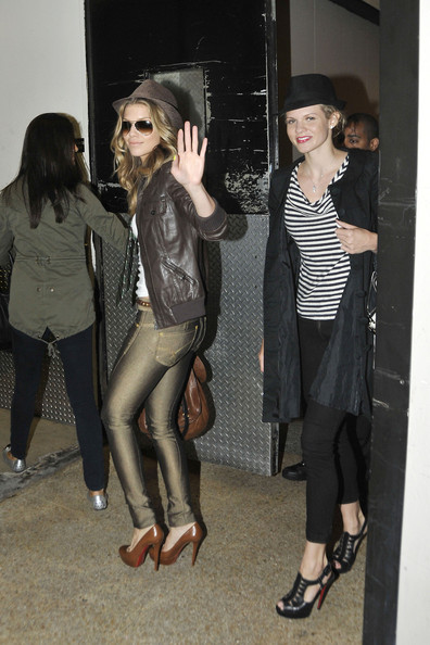 http://www4.pictures.zimbio.com/pc/90210+star+AnnaLynne+McCord+sister+Angel+seen+pInXdsO155fl.jpg