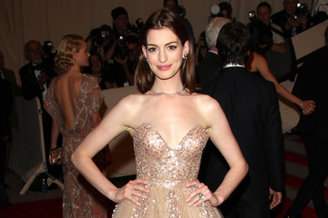 http://www4.pictures.zimbio.com/pc/Anne+Hathaway+glides+down+red+carpet+gold+-WV1cBpWL_Tm.jpg
