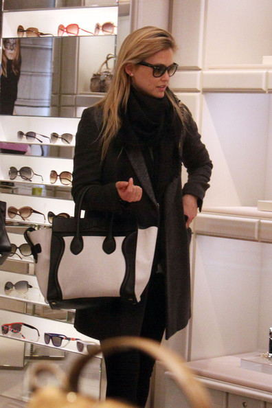 Bar Refaeli - Bar Refaeli Strolls Around Milan