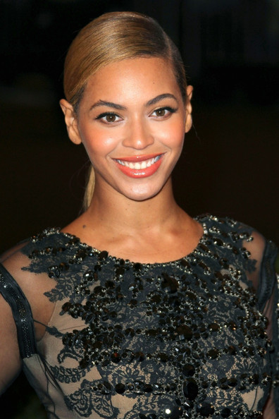 http://www4.pictures.zimbio.com/pc/Beyonce+Knowles+Celebs+Costume+Institute+Benefit+8HL-WyuMFMLl.jpg