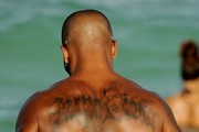 Carpe diem shemar moore shows off a new tattoo as he for Shemar moore back tattoo