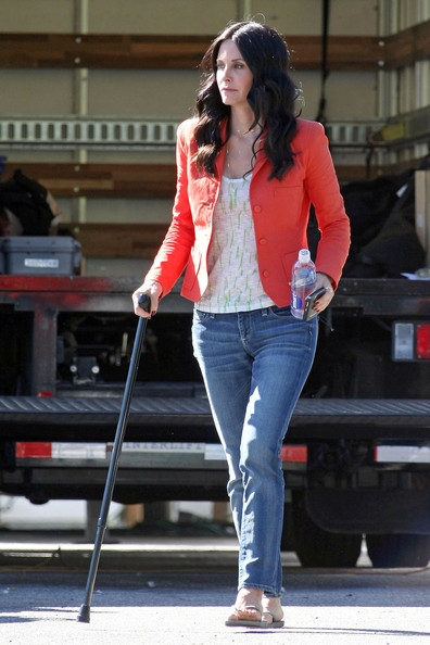 "Courteney Cox Courteney Cox and Brian Van Holt are spotted hanging out on the set of their hit TV show ""Cougar Town"". Courteney could be seen using a cane as she walked about the set while Brian kept busy by taking photographs with his digital camera."