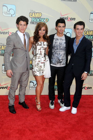 Demi Lovato Demi Lovato poses with (l-r) Nick, Joe and Kevin Jonas at the New York premiere of the Disney movie