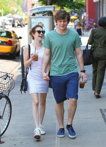 Evan Peters - Emma Roberts and Evan Peters Hold Hands in NYC