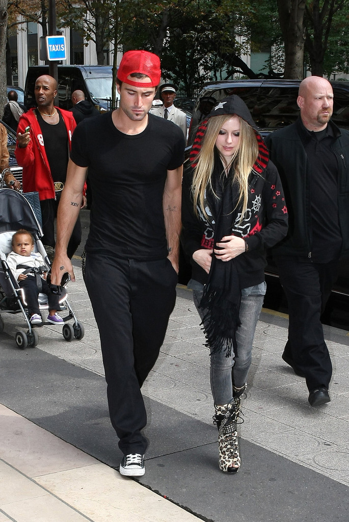 avril lavigne dating life When avril lavigne first emerged on the music scene at age 17, she was known as a young, pop-punk tomboy who refused to resort to skin-baring come-ons, preferring to entice the record-buying public with her powerhouse voice, high-spirited melodies, and straight-talking lyrics.