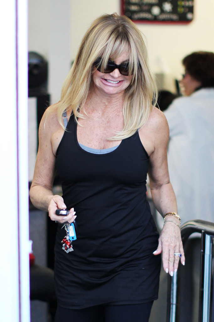 Goldie Hawn Gets Her Nails Done in Brentwood - Zimbio