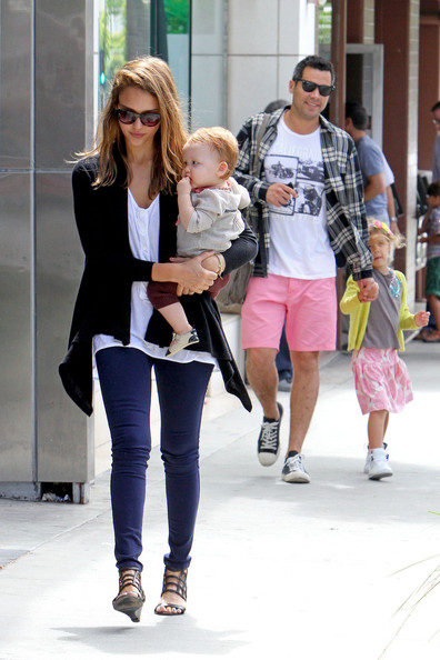 Jessica Alba - Jessica Alba and Cash Warren Take the Girls to Breakfast