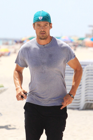 Hunky Josh Duhamel doesn t let the heat stop him from jogging as the actor ebf56e13427