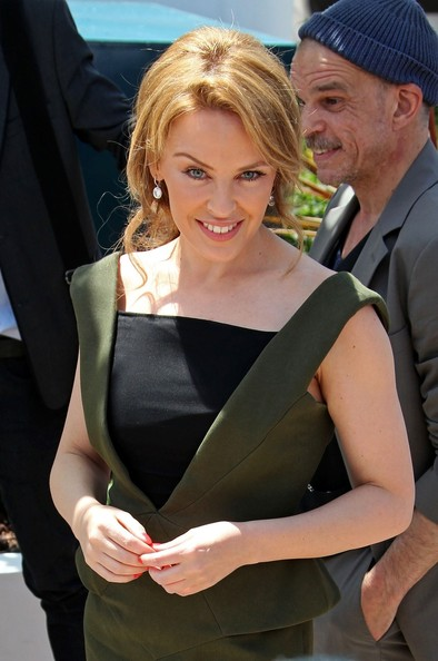 Kylie photos > candids, shoots, eventos... - Página 11 Kylie+Minogue+Kylie+Minogue+Cast+Holy+Motors+D_kicMue4Qpl
