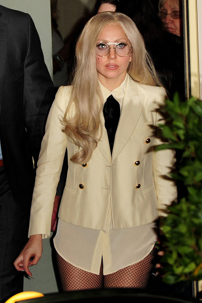 http://www4.pictures.zimbio.com/pc/Lady+Gaga+Lady+Gaga+sports+long+nails+round+40RbojiBwc0l.jpg