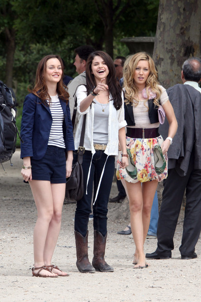 Leighton Meester (striped top), Katie Cassidy (floral skirt) and Selena Gomez (black jeans) shooting scenes for the forthcoming comedy