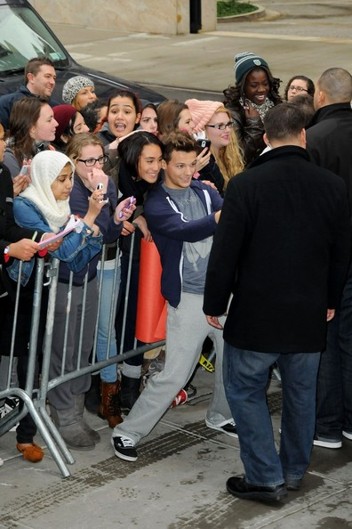 Louis Tomlinson Pictures The Boys Of One Direction Greet