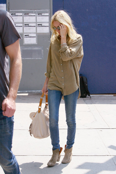 "Kate Bosworth Lovebirds Alexander Skarsgard and Kate Bosworth look less than pleased to be photographed together as the couple is spotted together in NYC. The ""True Blood"" actor is seen wearing a loose ripped gray t-shirt and faded jeans while Bosworth opts for tight jeans and a loose beige button up shirt with suede boots."