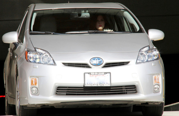 Mandy Moore Drives a Prius []