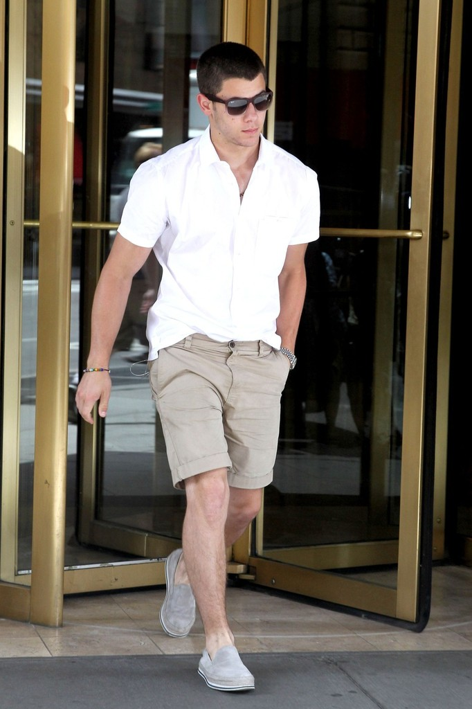 Nick Jonas Photos Photos - Nick Jonas Leaves Home - Zimbio