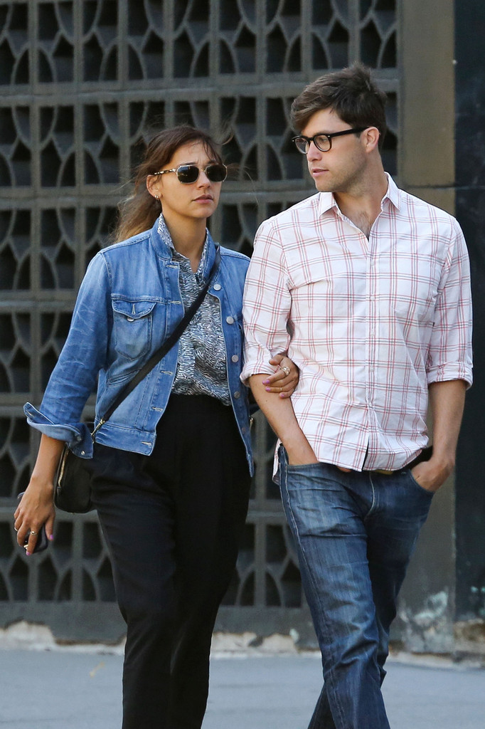 Holding Hands Photos Photos - Rashida Jones' new boyfriend ...