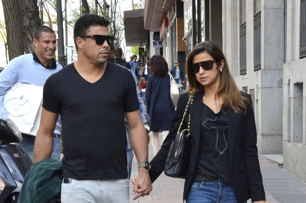 Ronaldo Shops With His Girlfriend In Madrid