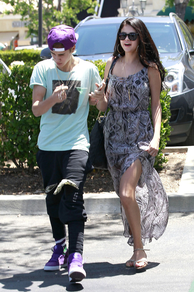 Who's dating with selena gomez