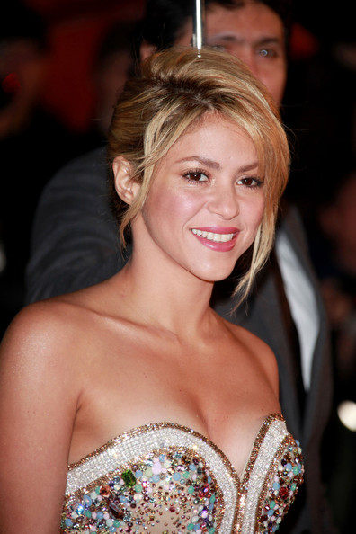 http://www4.pictures.zimbio.com/pc/Shakira+Celebs+Red+Carpet+NRJ+Music+Awards+xlx_toxnMQXl.jpg