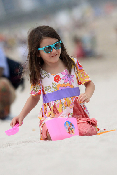http://www4.pictures.zimbio.com/pc/Suri+Cruise+Katie+Holmes+Daughter+Beach+vBfotmUWz_Sl.jpg