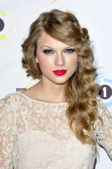 "Taylor Swift Taylor Swift, dressed in a pretty cream lace dress, enjoys a night out at the ""Teen Awards"" at HMV Hammersmith Apollo in London. The singer has been rumoured to be romantically linked to Hollywood hunk Jake Gyllenhaal."