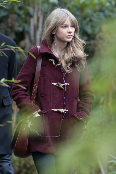 Taylor Swift Tours the Zoo Wearing Earbuds []