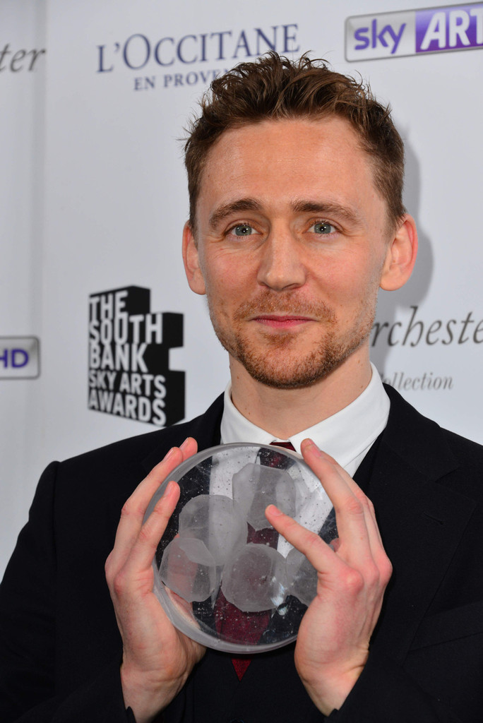 http://www4.pictures.zimbio.com/pc/Tom+Hiddleston+South+Bank+Sky+Arts+Awards+jXn59yRQ0cUx.jpg