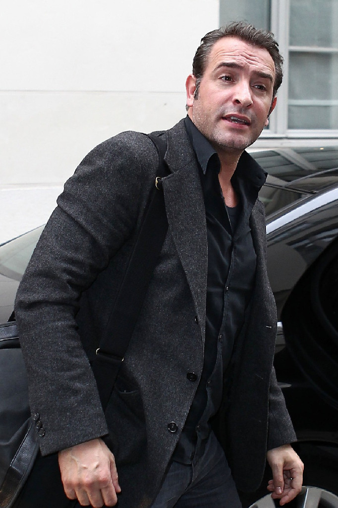 Jean dujardin in jean dujardin arrives back at his paris for Jean dujardin photo